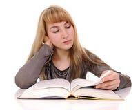 Livro de leitura da mulher nova imagens de stock