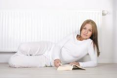Livro de leitura da mulher nova Fotografia de Stock