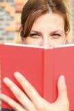 Livro de leitura da mulher nova Imagem de Stock