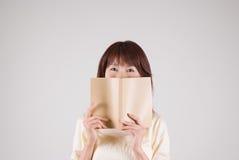 Livro de leitura da mulher nova Fotos de Stock
