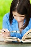 Livro de leitura da mulher nova do retrato Foto de Stock Royalty Free
