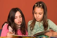 Livro de leitura das meninas Imagens de Stock Royalty Free
