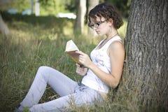 Livro de leitura das meninas ao ar livre Imagem de Stock