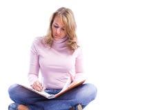 Livro de leitura das mulheres novas imagens de stock royalty free