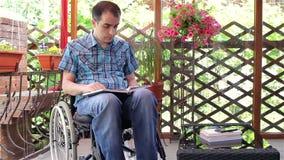 Livro de leitura deficiente do homem dos jovens video estoque