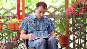 Livro de leitura deficiente do homem dos jovens filme