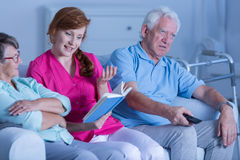 Livro de leitura do cuidador aos pacientes imagens de stock