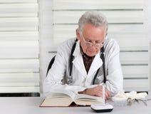 Livro de leitura do doutor fotos de stock royalty free