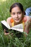 Livro de leitura do estudante Imagem de Stock