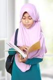 Livro de leitura do estudante da criança dos muçulmanos Foto de Stock
