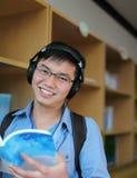 Livro de leitura do estudante universitário Fotografia de Stock Royalty Free
