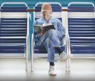 Livro de leitura do homem fotos de stock royalty free