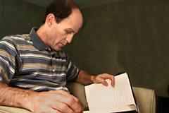 Livro de leitura do homem Imagem de Stock Royalty Free