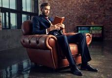 Livro de leitura do homem de negócios Fotos de Stock Royalty Free