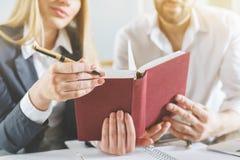 Livro de leitura do homem e da mulher Imagens de Stock Royalty Free