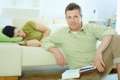 Livro de leitura do homem em casa Imagem de Stock