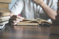 Livro de leitura do homem na tabela imagem de stock royalty free