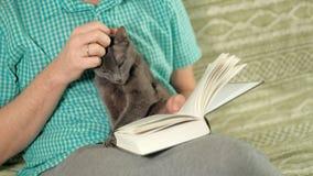 Livro de leitura do homem no sofá em casa filme