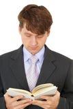Livro de leitura do homem novo Fotografia de Stock Royalty Free