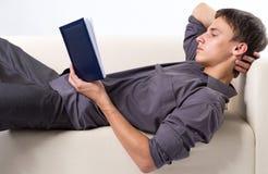 Livro de leitura do homem novo Imagem de Stock
