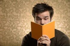 Livro de leitura do homem novo Fotografia de Stock