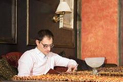 Livro de leitura do homem novo no inte luxuoso Imagem de Stock