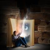 Livro de leitura do indivíduo Imagem de Stock