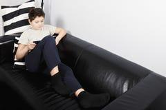 Livro de leitura do menino fotografia de stock