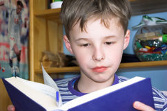 Livro de leitura do menino fotos de stock royalty free