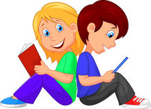 Livro de leitura do menino e da menina Imagem de Stock