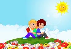 Livro de leitura do menino e da menina dos desenhos animados no jardim Fotos de Stock Royalty Free
