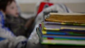 Livro de leitura do menino na cama video estoque