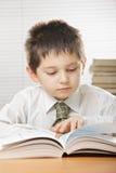 Livro de leitura do miúdo Fotografia de Stock