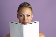 Livro de leitura doce da menina Imagem de Stock