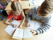 Livro de leitura dos estudantes da High School e aprendizagem Foto de Stock Royalty Free