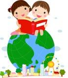 Livro de leitura dos miúdos que senta-se no globo Fotos de Stock