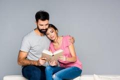 Livro de leitura dos pares Fotografia de Stock