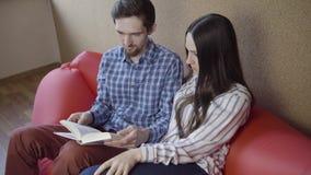 Livro de leitura dos pares no sofá filme
