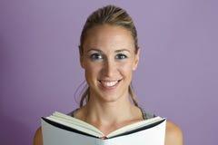 Livro de leitura feliz da mulher Fotos de Stock