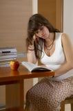 Livro de leitura grávido Imagem de Stock