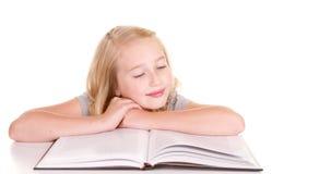 Livro de leitura mais velho da criança ou do adolescente Fotos de Stock