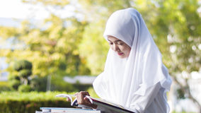 Livro de leitura muçulmano da menina do estudante Imagem de Stock