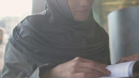 Livro de leitura muçulmano do estudante fêmea, licença para mulheres islâmicas, direitos iguais do estudo vídeos de arquivo