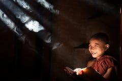 Livro de leitura pequeno asiático da monge Imagens de Stock