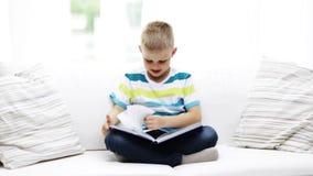 Livro de leitura pequeno de sorriso da estudante em casa vídeos de arquivo