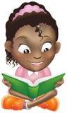 Livro de leitura preto bonito da menina da ilustração Imagem de Stock Royalty Free