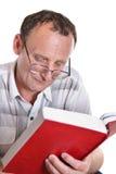 Livro de leitura sênior Foto de Stock Royalty Free