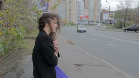 Livro de leitura triste da menina na rua, nostálgico do sentimento, melancolia video estoque