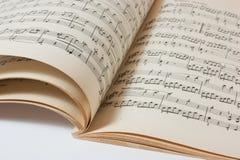 Livro de música aberto velho fotografia de stock royalty free
