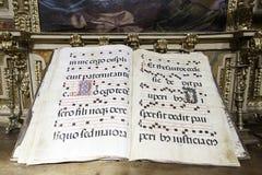Livro de música velho em uma igreja foto de stock royalty free